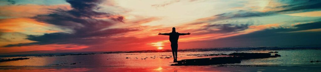 Mensch am Meer bei Sonneuntergang